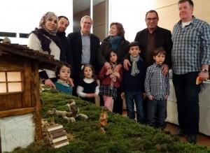 Die Familie bei der Krippenausstellung mit Bürgermeister Hermann Schmidt, Ortsvorsteher Dietmar Lauck mit Gattin Ellen und Krippenbauer Roman Warken.
