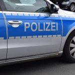 Mann mit Besen stört Verkehr in Oberlinxweiler