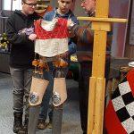 Klaus Schneider demonstriert die Entwicklung von Ritter und Rüstung im Hochmittelalter an der Gemeinschaftsschule Türkismühle
