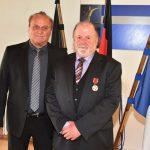 Innenminister Klaus Bouillon überreicht Hermann Josef Schneider aus Reitscheid die Bundesverdienstmedaille