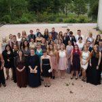 """Mit """"viel Glück"""" in die Zukunft – AbsolventInnen der Sozialpflegeschule und der Fachoberschule feiern gemeinsam ihren Abschluss"""