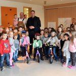 Tholey: Staatssekretär Kolling übergibt Fahr- und Lauflernräder an Kindertagesstätte St. Mauritius in Tholey