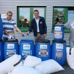 Bürgermeister Peter Klär übergibt das erste Sammelgut an den Rotary-Club-Tholey-Bostalsee