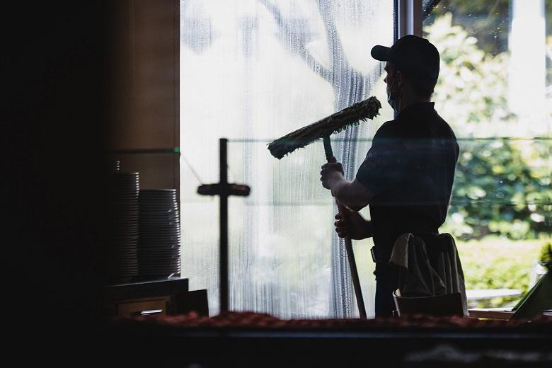 In der Gebäudereinigung sind Minijobs besonders stark verbreitet – und werden für die Betroffenen häufig zur Armutsfalle. Die IG BAU fordert, 450-Euro-Stellen sozialversicherungspflichtig zu machen.