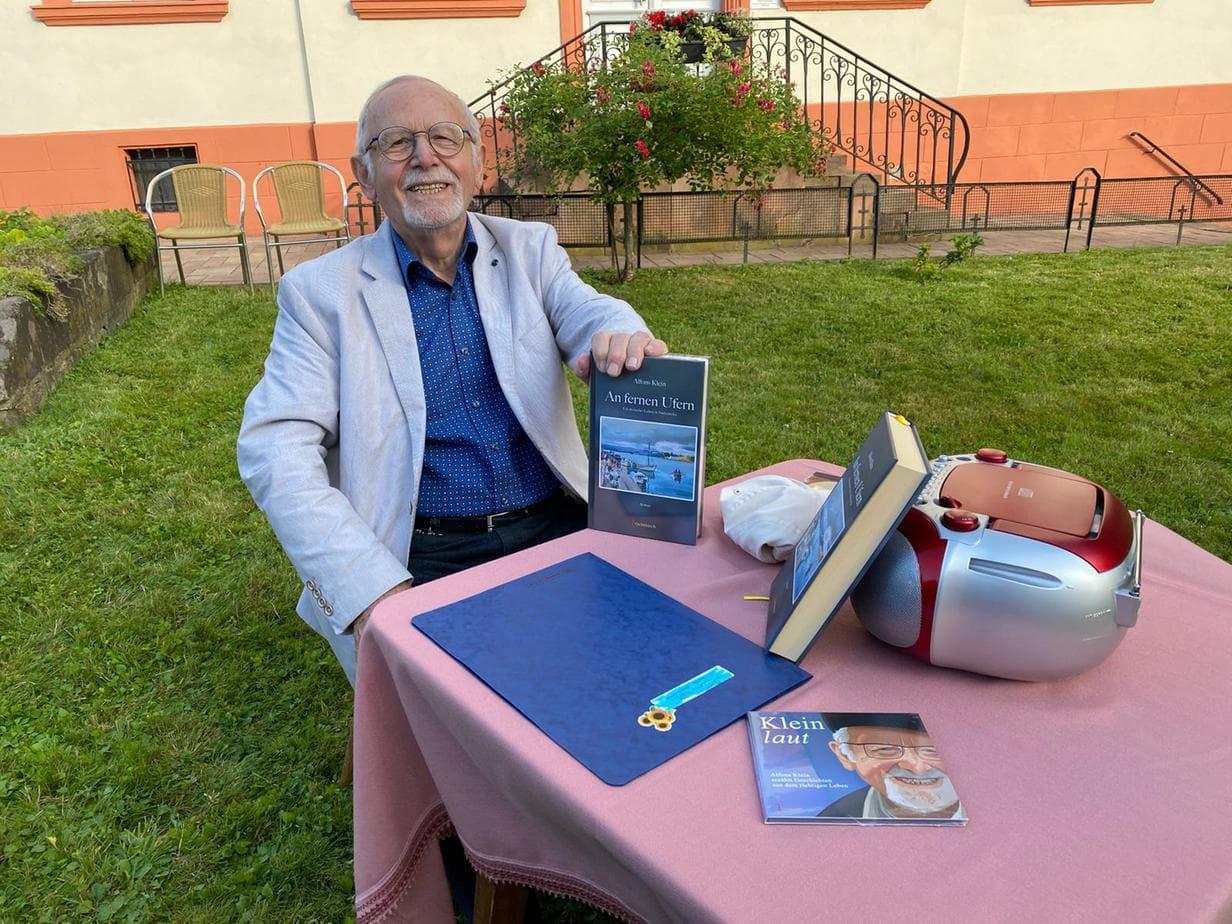 Gespräche im Pfarrgarten: Dr. Alfons Klein gab eine Lesung seines Romans an fernen Ufern